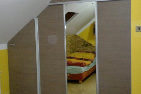 Podkrovní vestavěná skříň